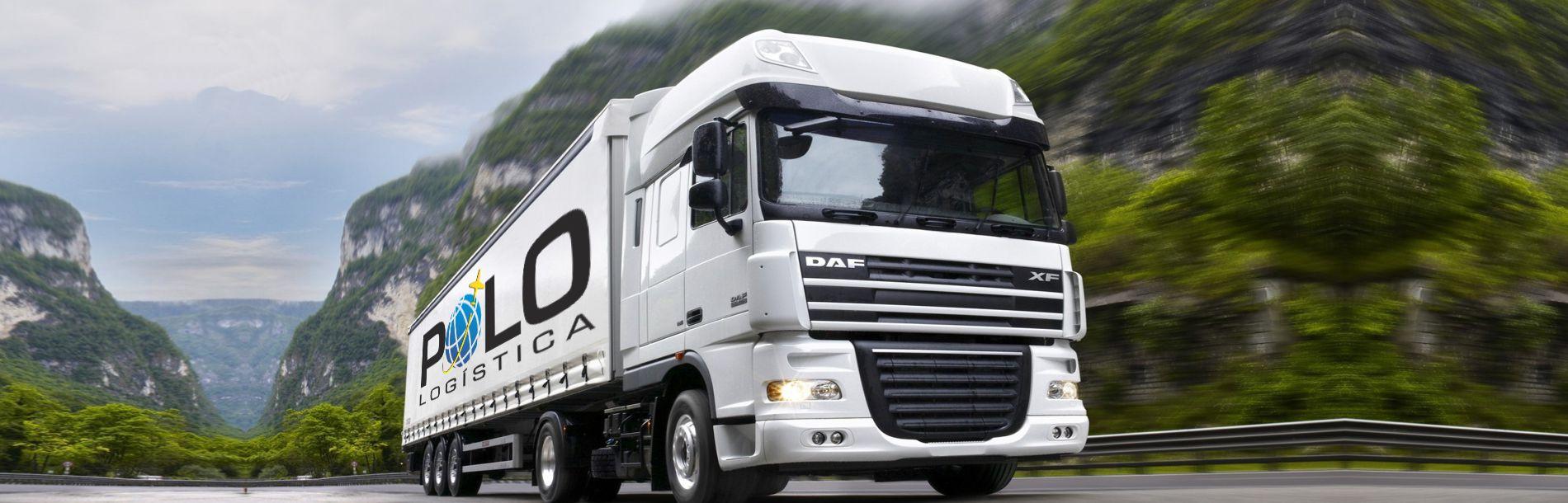 Caminhão numa estrada com a marca da Polo