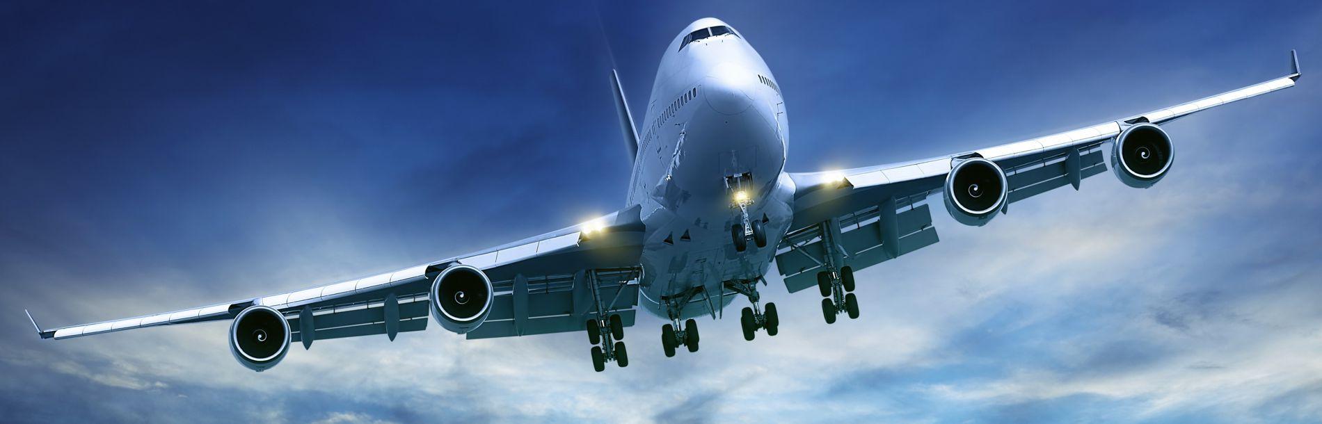 Um avião voando